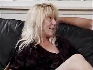 La cagna si trova sul letto, scivola le mutandine e scopa porno anale video gratis in anale.